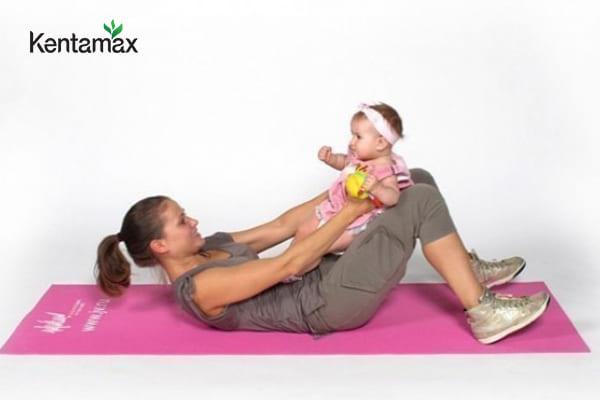 Có thể luyện tập Yoga cùng bé trong quá trình thực hiện cách tăng cân cho phụ nữ sau sinh