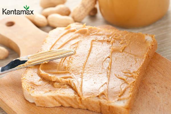 Ăn bơ đậu phộng với bánh mì