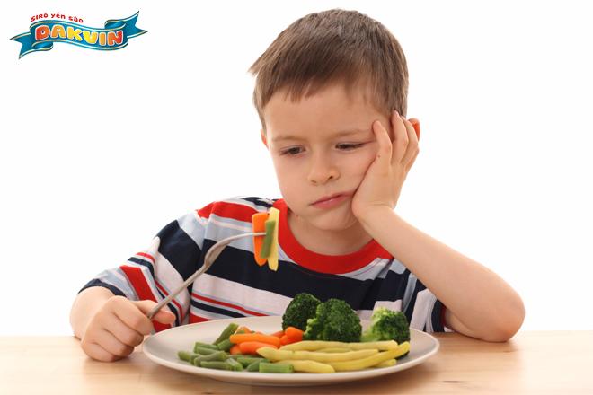 Trẻ đầy bụng, chán ăn rất khó để tăng cân