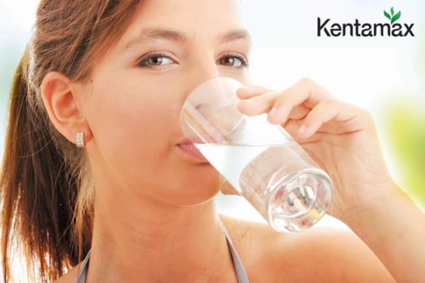 Người nóng trong cần uống nhiều nước mỗi ngày để hỗ trợ đào thải độc tố ra ngoài
