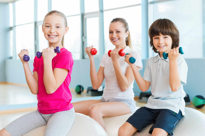 Khuyến khích trẻ vận động cũng là cách giúp trẻ tăng cân tự nhiên
