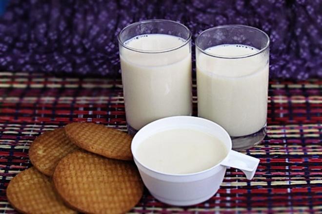 Nên pha sữa với nước ấm để uống mỗi ngày