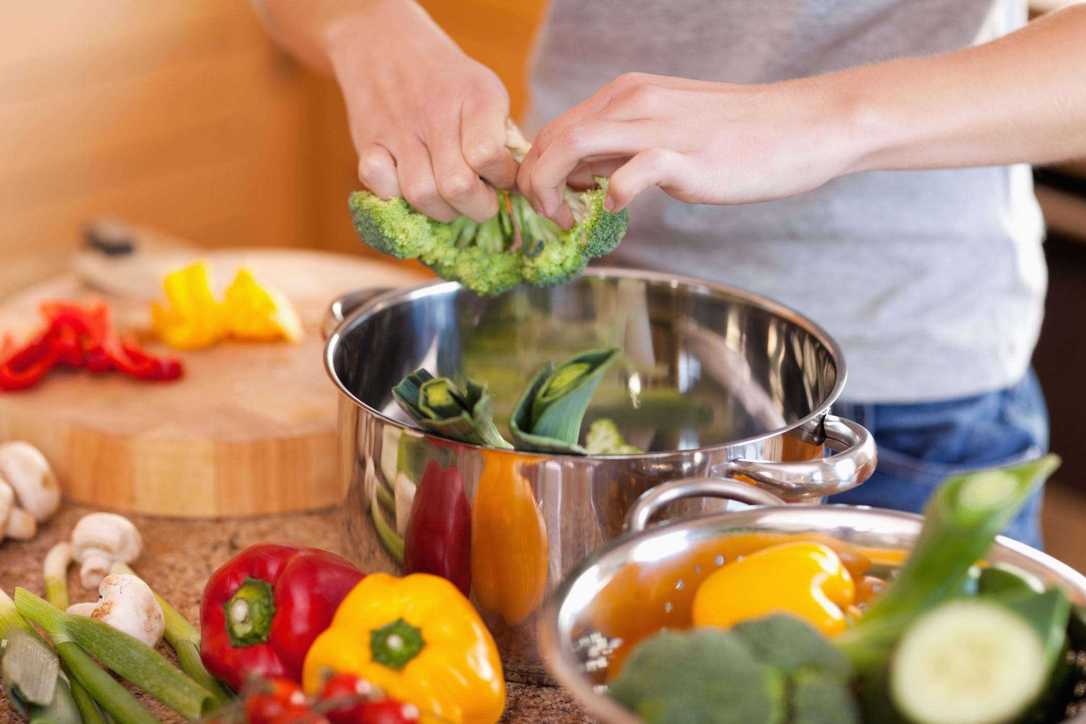 Tự chế biến món ăn nhằm giữ được dinh dưỡng trọn vẹn