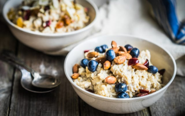 Yến mạch cũng là thực phẩm giàu calo tăng cân nên có trong bữa sáng